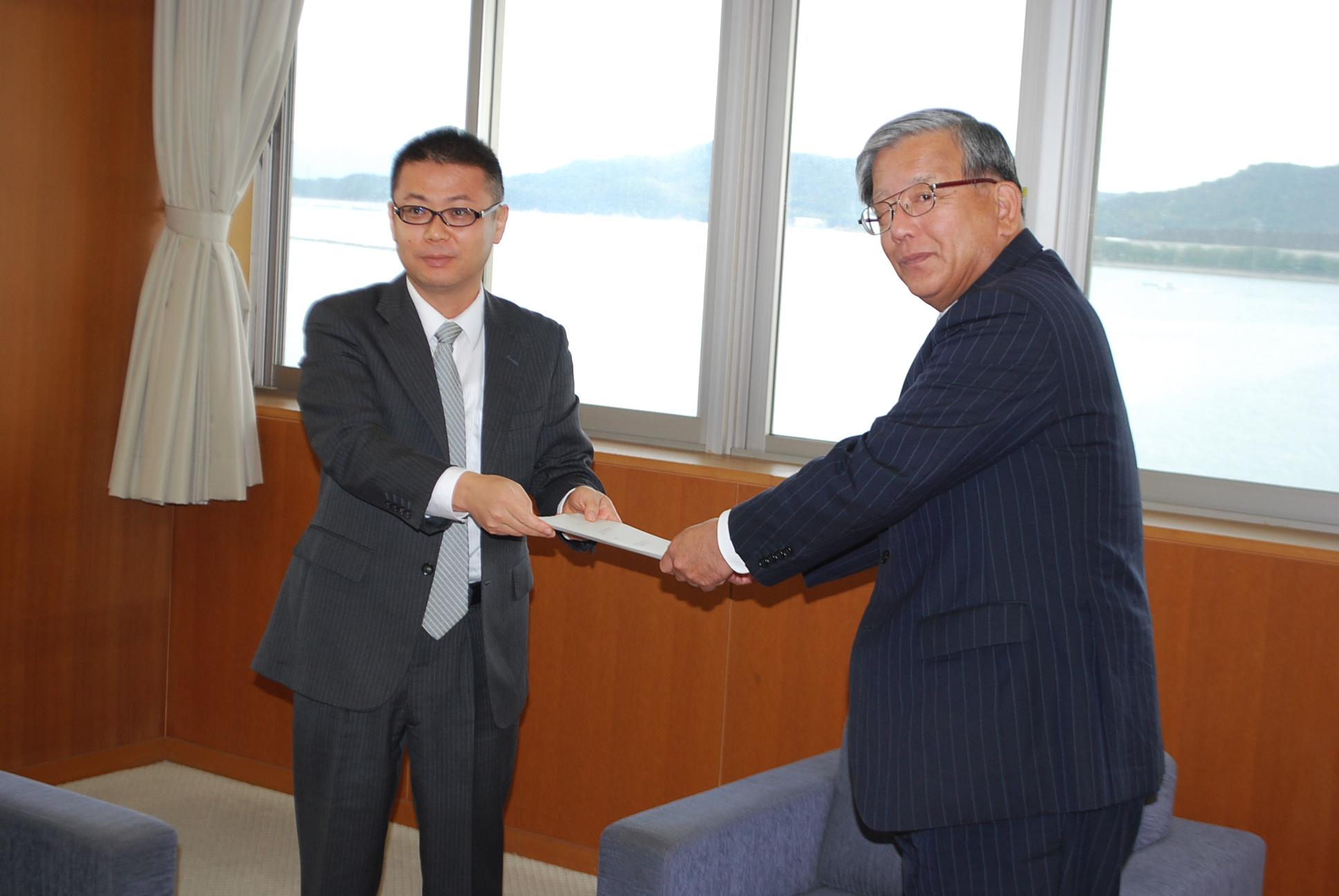 大山市長に報告書を手渡して、評価結果について報告